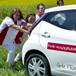 Mobiler Pflegedienst schiebt Auto